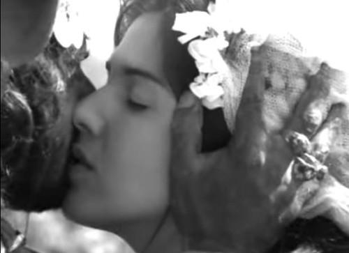 1964-deuseodiabonaterradosol-beijo