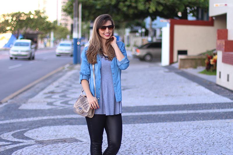 5-look básico com camisa jeans e tenis jana taffarel