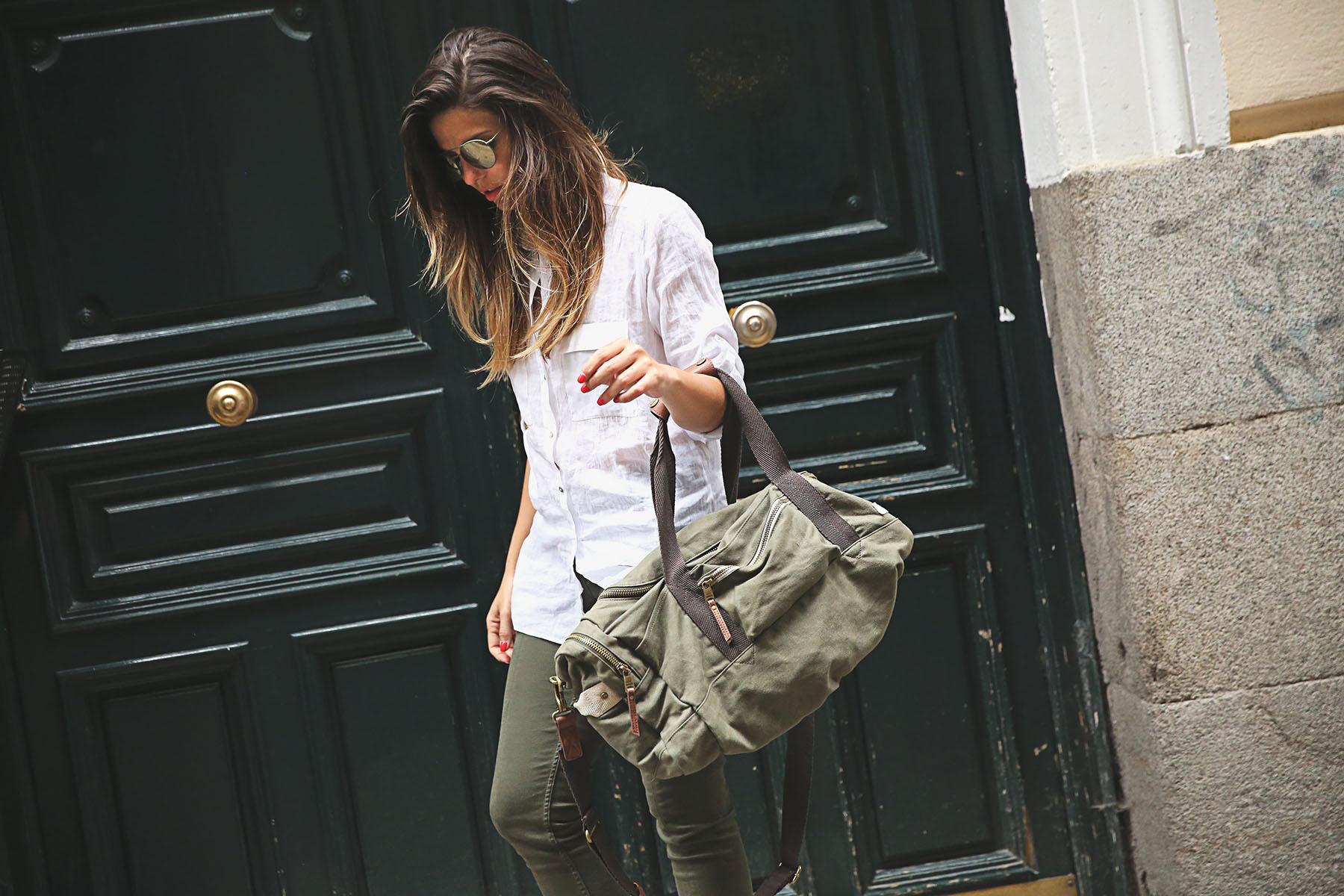 trendy-taste-look-outfit-street-style-steve-madden-ootd-blog-blogger-fashion-spain-moda-españa-safari-traveling-viaje-bolsa-bag-khaki-caqui-pants-sandalias-zuecos-1