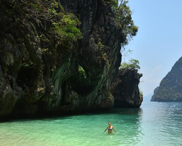 Bañándonos en Koh Lading, con aguas turquesas y preciosas acantilados frondosos