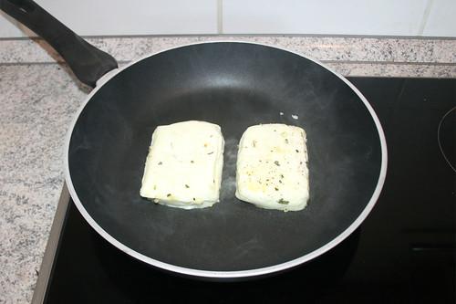 22 - Halloumi in heiße Pfanne geben / Put halloumi in hot pan