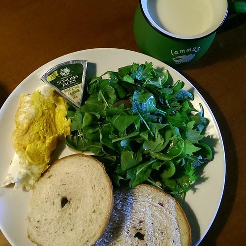 20150529  主婦的一大盤之蛋被我煎壞了  今天早餐貝果是自己做的 想說,來煎顆蛋配配 (反正報導又說多吃蛋好) 結果煎壞了  #主婦的早餐