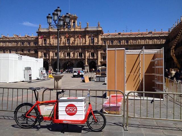 La bicicleta de CITYBIKES en la Plaza Mayor, con los puestos de la XXXV Feria del Libro.