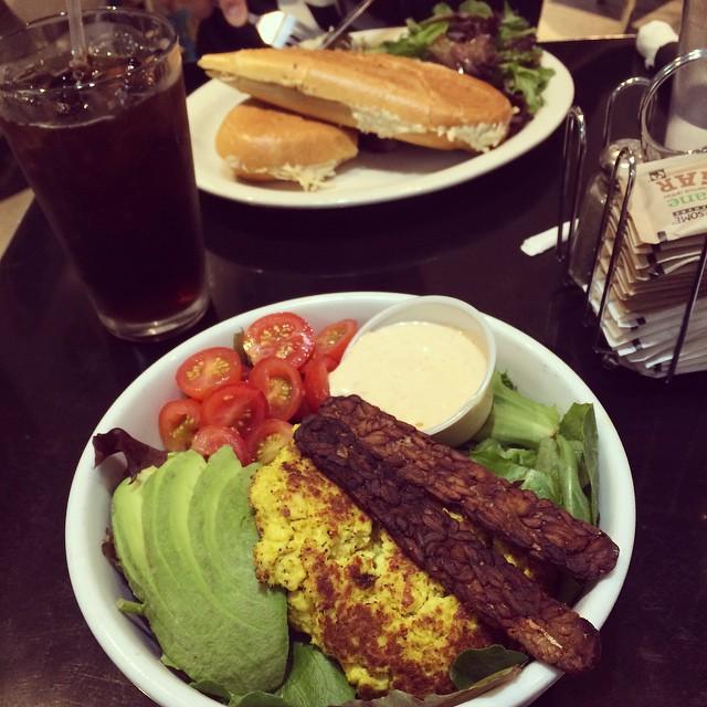 En ny dag, ett nytt mål mat på Champs! Sallad med scrambled tofu och bacon tempeh. Ja! #vadveganeräter i New York.