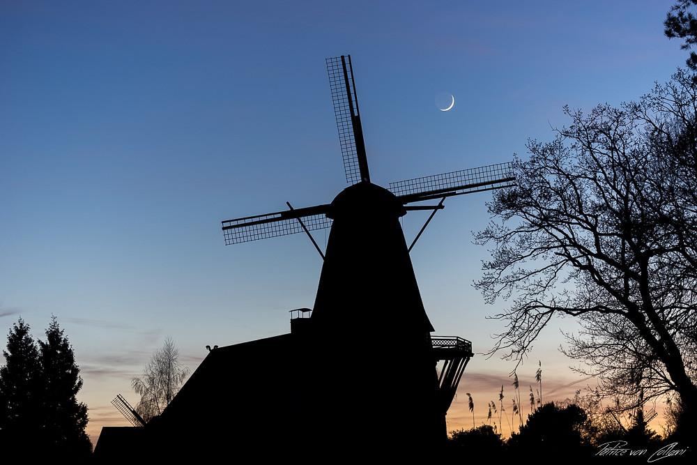 Mondsichel über der Mühle