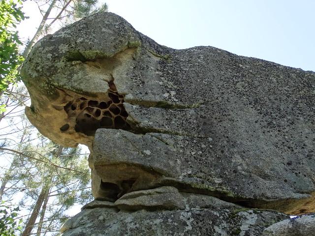 Piedra en el PR-G 181 Ruta de Cibrisqueiros a San Cosmede