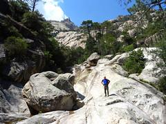 Descente de la Purcaraccia : arrivée à la vasque circulaire sous les dalles de Punta di a Petra au fond