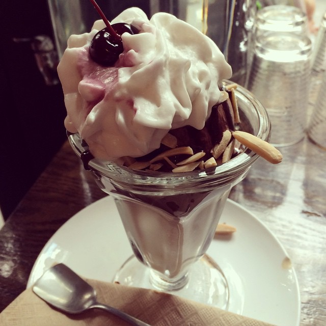 Classic Sundae på Lula's Sweet Apothecary med choklad- och apelsinblomsglass, hot fudge och rostade mandlar. And a cherry on top of grädden! #vadveganeräter i New York.