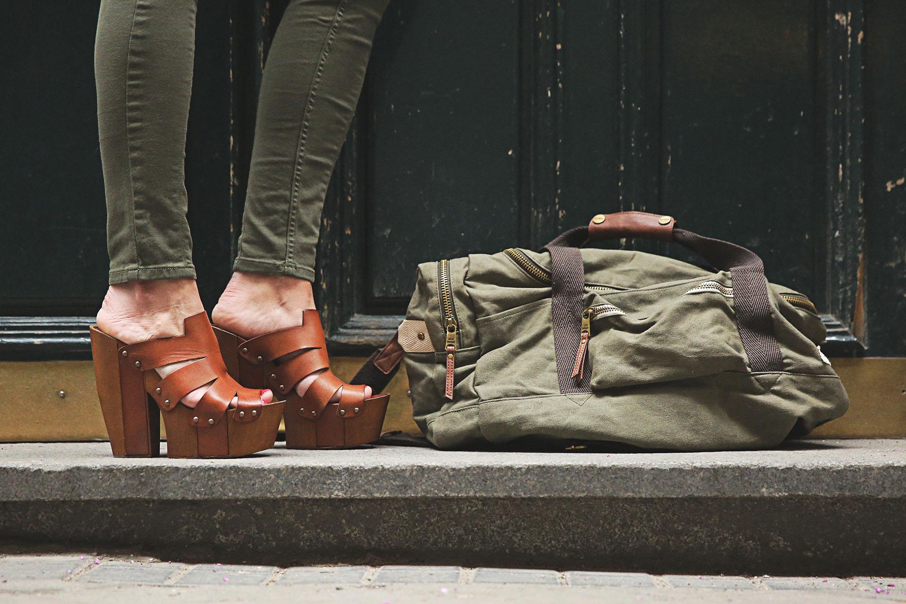 trendy-taste-look-outfit-street-style-steve-madden-ootd-blog-blogger-fashion-spain-moda-españa-safari-traveling-viaje-bolsa-bag-khaki-caqui-pants-sandalias-zuecos-7