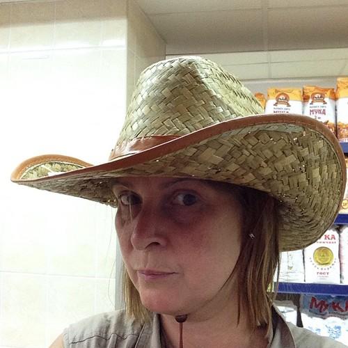 В продуктовом магазине мне попалась шляпа за 52 рубля. Конечно же, я ее купила))) #евпатория