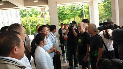 雲林縣議長沈宗隆率議員向關心自治條例審議的公民們報告,自治條例已三讀通過的消息。(取自「自從六輕來了」)