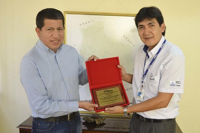 MINISTRO DE HIDROCARBUROS Y ENERGÍA, LUIS ALBERTO SÁNCHEZ, RECIBE PLAQUETA DE RECONOCIMIENTO POR PARTE DE INEGAS