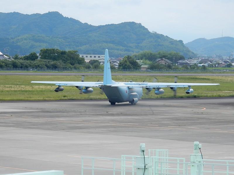 滑走路へ向かうC-130H at KCZ