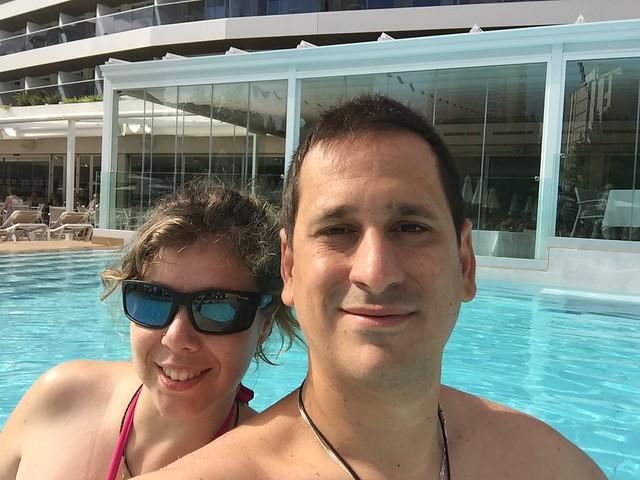 Sele y Rebeca en la piscina del Hotel Don Pancho (Benidorm)