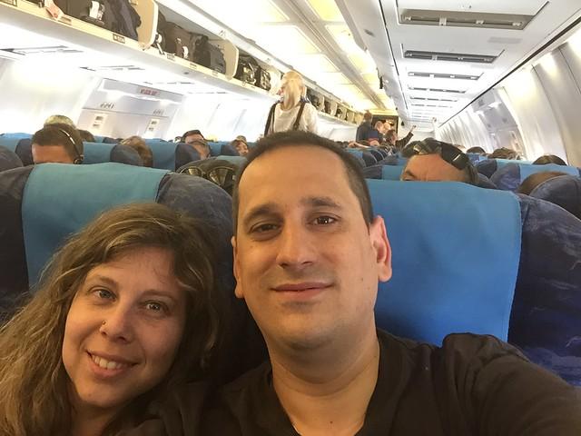 Sele y Rebeca en el avión que les llevó a Armenia