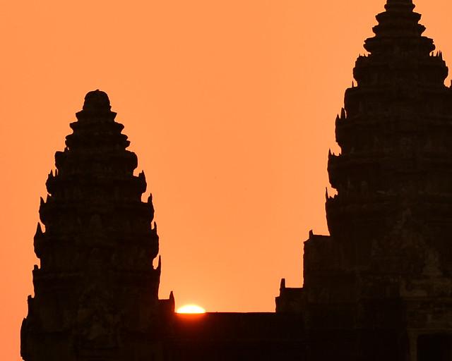 El sol saliendo poquito a poquito entre las enormes ruinas de los templos de Angkor Wat