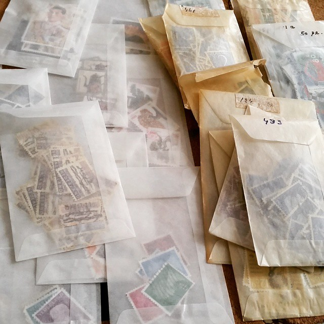 I found these awesome vintage stamps in glassine bags on the right at a fleamarket. It inspired me to get soms bags myself to sort my stamps and keep them in these bags too. #filaterie #postzegels #postal #postagestamps #stampcollector #stamps #mail #post
