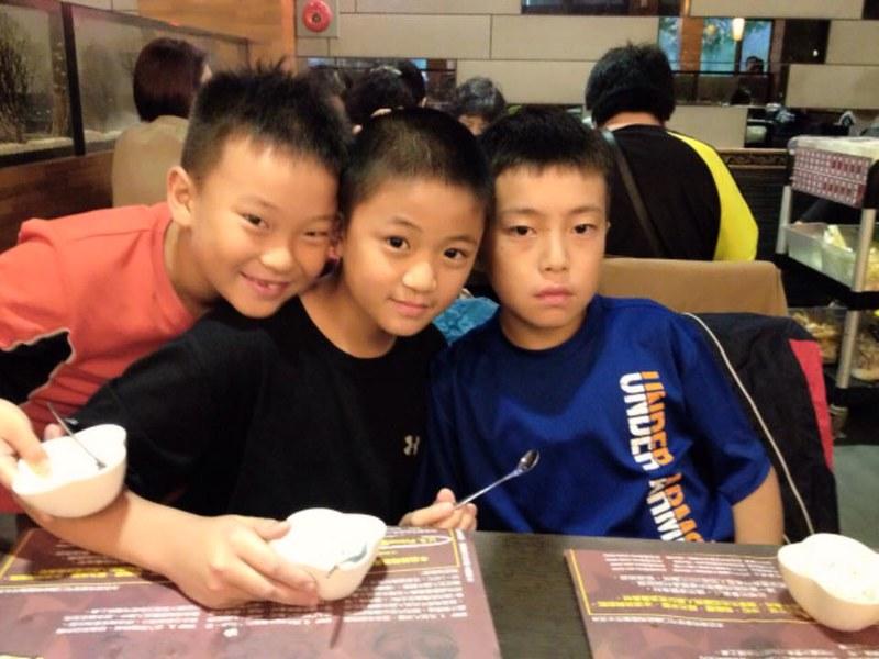 三兄弟一起慶祝在一番地