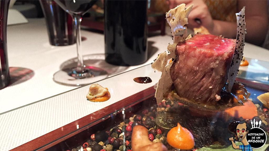 Lomo de Kobe (K2) ahumado al sarmiento de brasas con boletus edulis al vino tinto, especias orientales y romescu de anacardos y ñoras