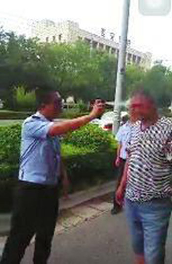 Against parking the dissatisfaction with his approach abusive traffic police were spraying down after police confirmed the incident