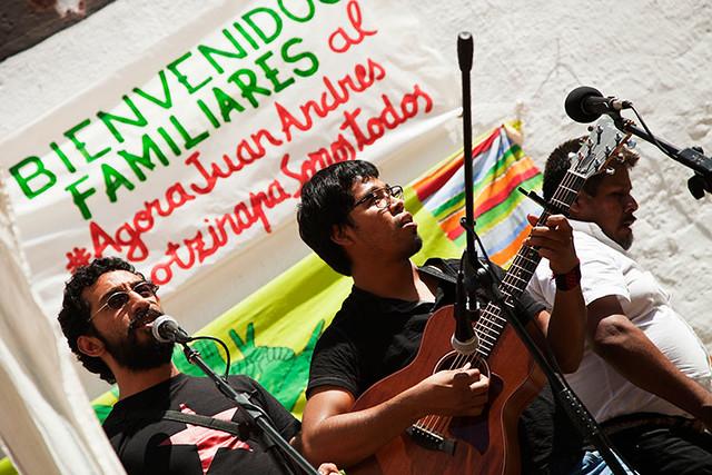 Una trobada a l'Àgora Juan Andrés Benítez, al barri del Raval, va donar la benvinguda als familiars i companyes dels estudiants
