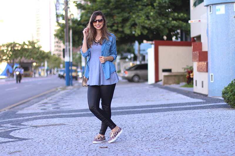 4-look básico com camisa jeans e tenis jana taffarel