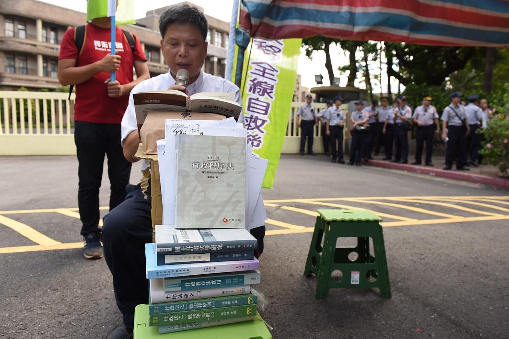 反南鐵東移自救會及聲援者在行政院前展開連續24小時朗讀公民學者著作的行動。(攝影:宋小海)