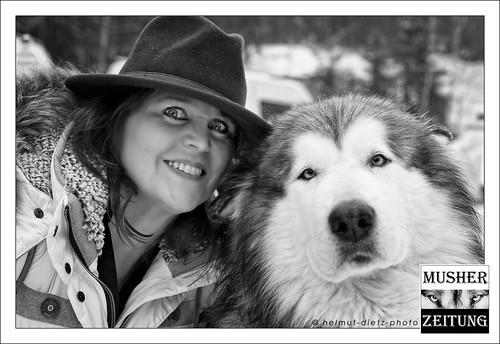 """Janette Fuchs, Bürgermeisterin in Todtmoos, mit Alaskan Malamute """"Seppl"""" bei der Schlittenhunde WM 2015"""