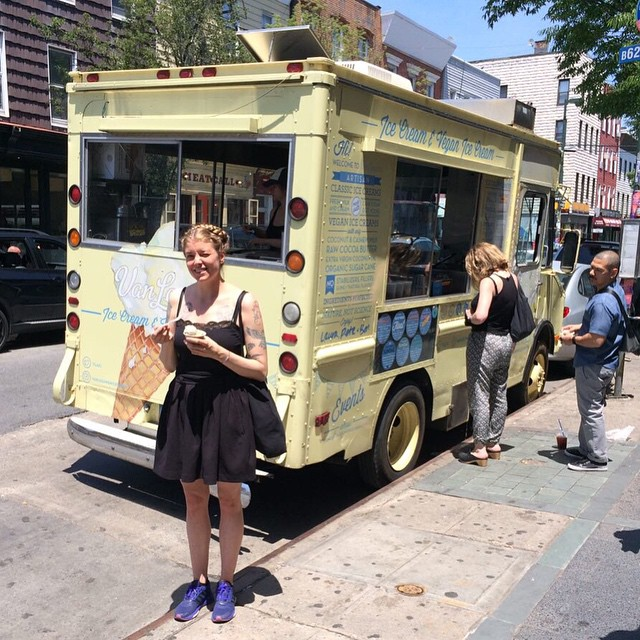 Sommar på Bedford Avenue. @vanleeuwenicecream's glass är så krämig! #vadveganeräter i New York.