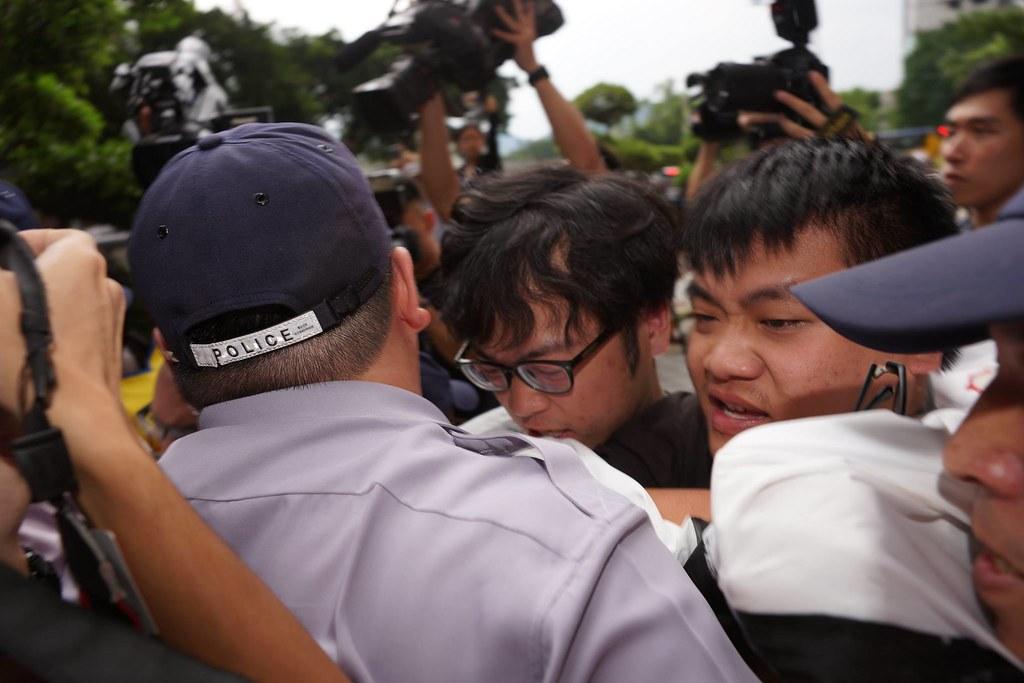 勞團曾試圖進入會場遭警方阻攔而發生推擠。(攝影:王顥中)