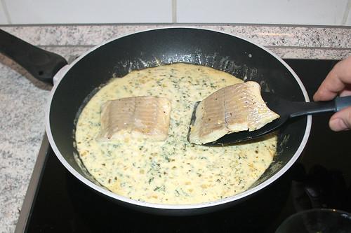 53 - Seelachsfilet zurück in Sauce geben / Put coalfish back in sauce