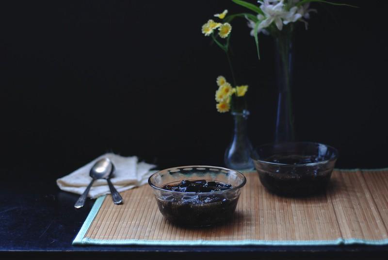 Sương Sáo (Grass Jelly) with Chia Seeds