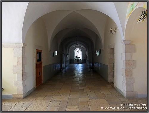 בתוך המנזר
