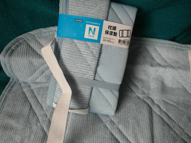 枕套保潔墊,背後是兩條鬆緊帶固定@N Cool接觸涼感系列寢具