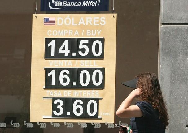 Rebasa el dólar la frontera de los 16 pesos