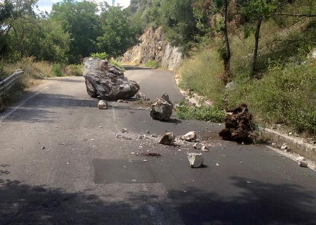 """Masso sulla SP12 ad Aquara. Palmieri:""""Comunità Montana Alburni pronta a  spostarlo"""" - Ondanews.it"""