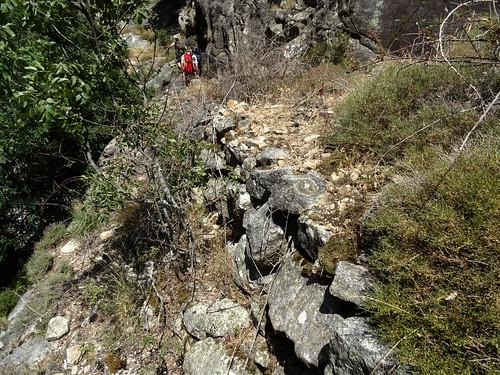 """Sur le """"chemin"""" de l'usine à bois 989m : les soutènements du chemin rejoignant dans le ruisseau"""