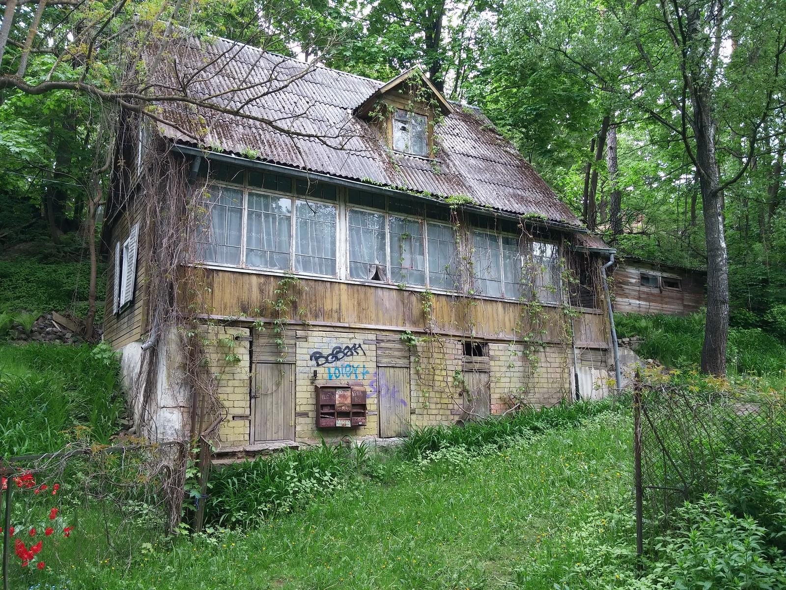 Štai toks namelis stūgso Vasaros gatvėje, Vilniuje.