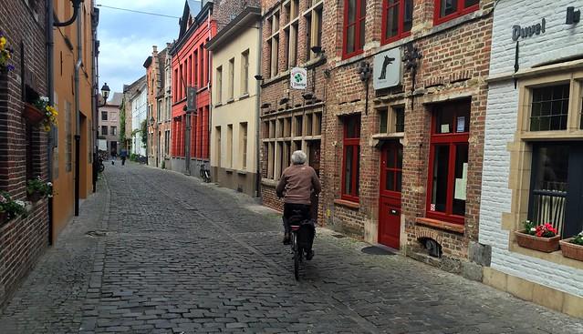 Hombre en bicicleta por una calle de Gante (Flandes)