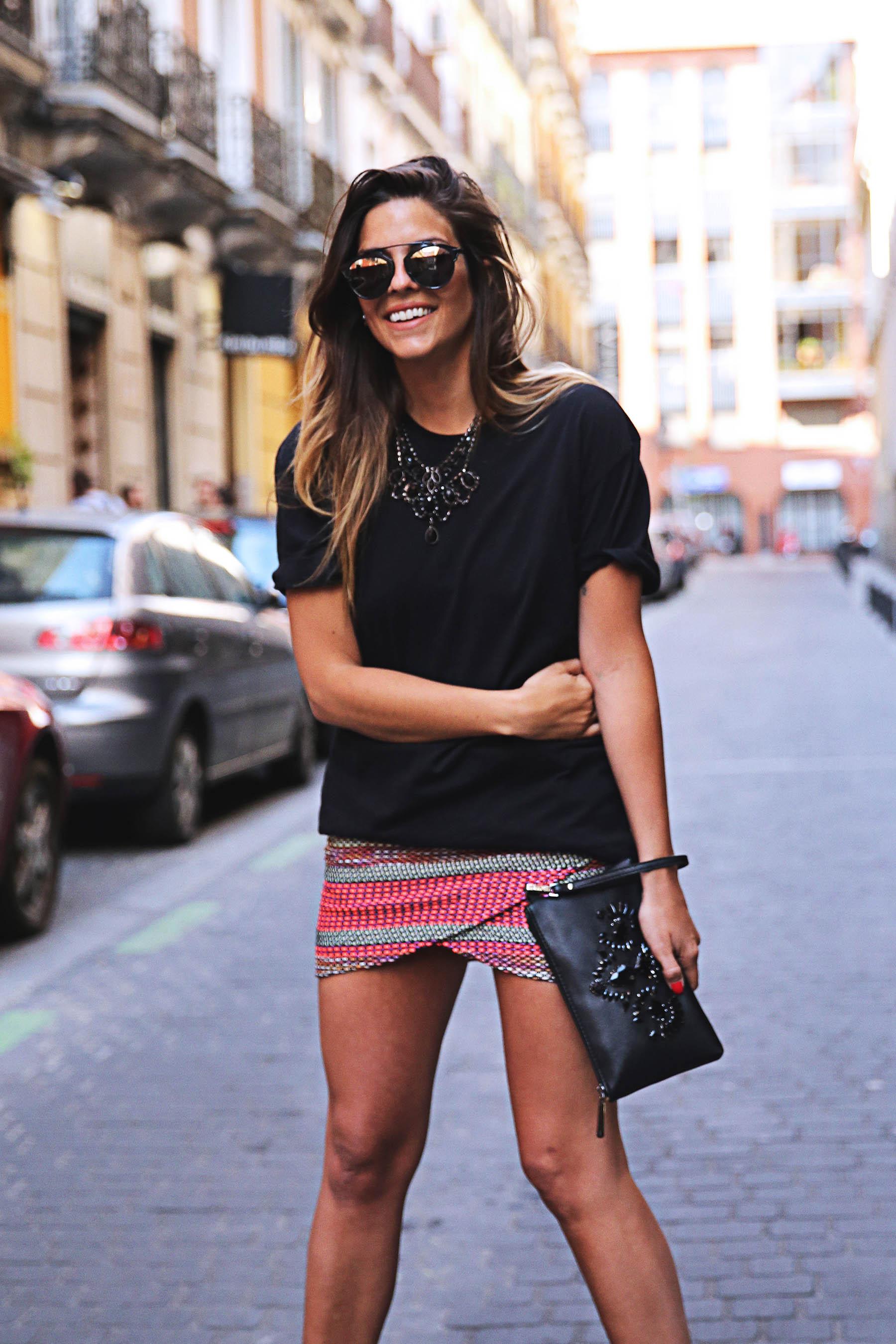 trendy-taste-look-outfit-street-style-ootd-blog-blogger-fashion-spain-moda-españa-falda-etnica-ethnic-print-skirt-steve-madden-basic-tee-dior-black-negro-7