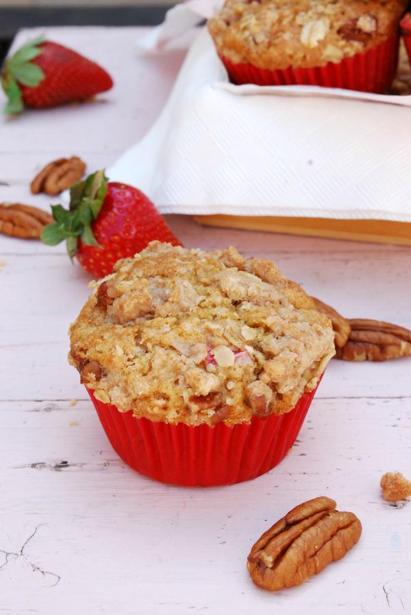 muffins de fresas, ruibarbo y nueces pacanas