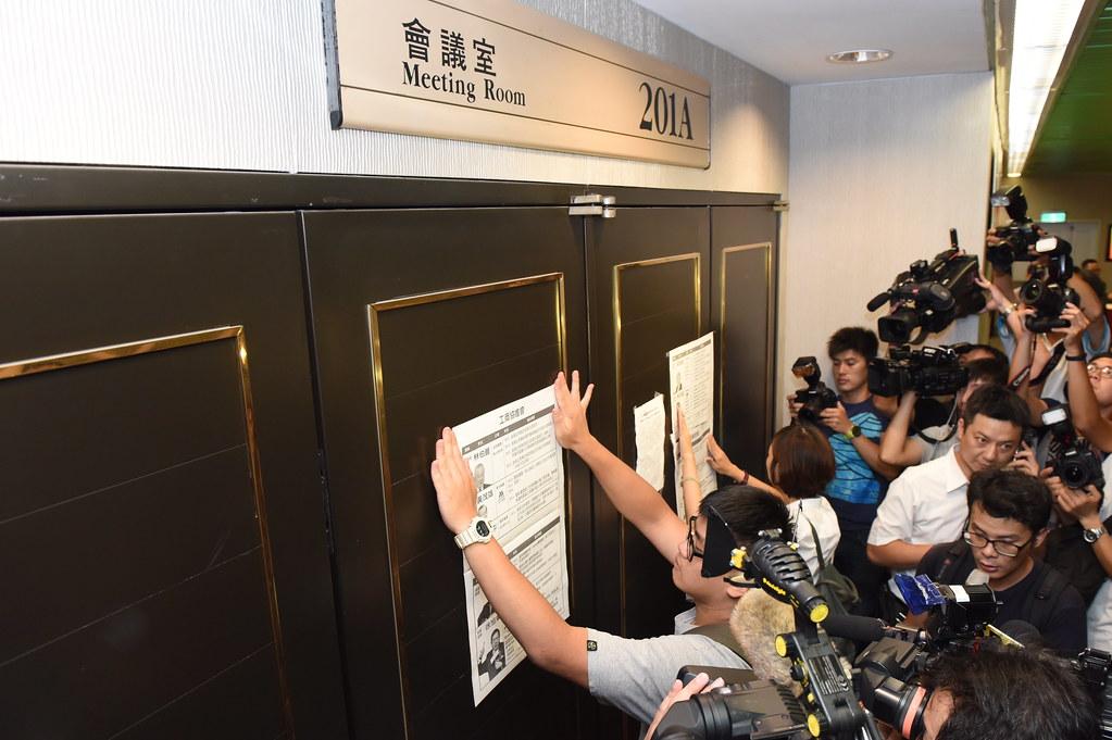 勞團將工商協進會成員大老們旗下企業的違法紀錄貼在會場門上。(攝影:宋小海)