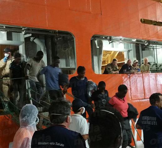 A Salerno è arrivata nave con 991 migranti, c'è anche bimbo morto