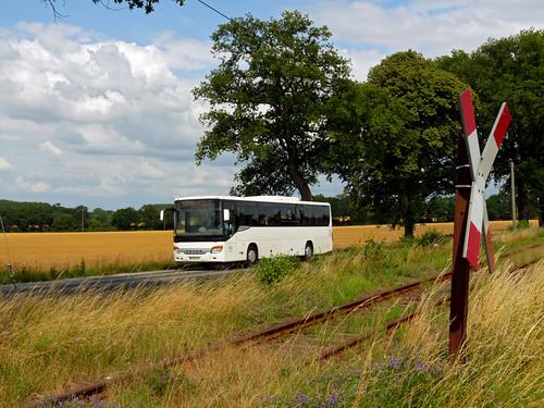 Der Bus wird nun zum gewohnten Bild entlang der Bahnstrecke Pritzwalk–Putlitz.
