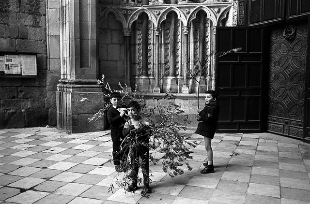 Niños en la Catedral en el Domingo de Ramos de 1966 © Paco Gómez/Fundació Foto Colectania