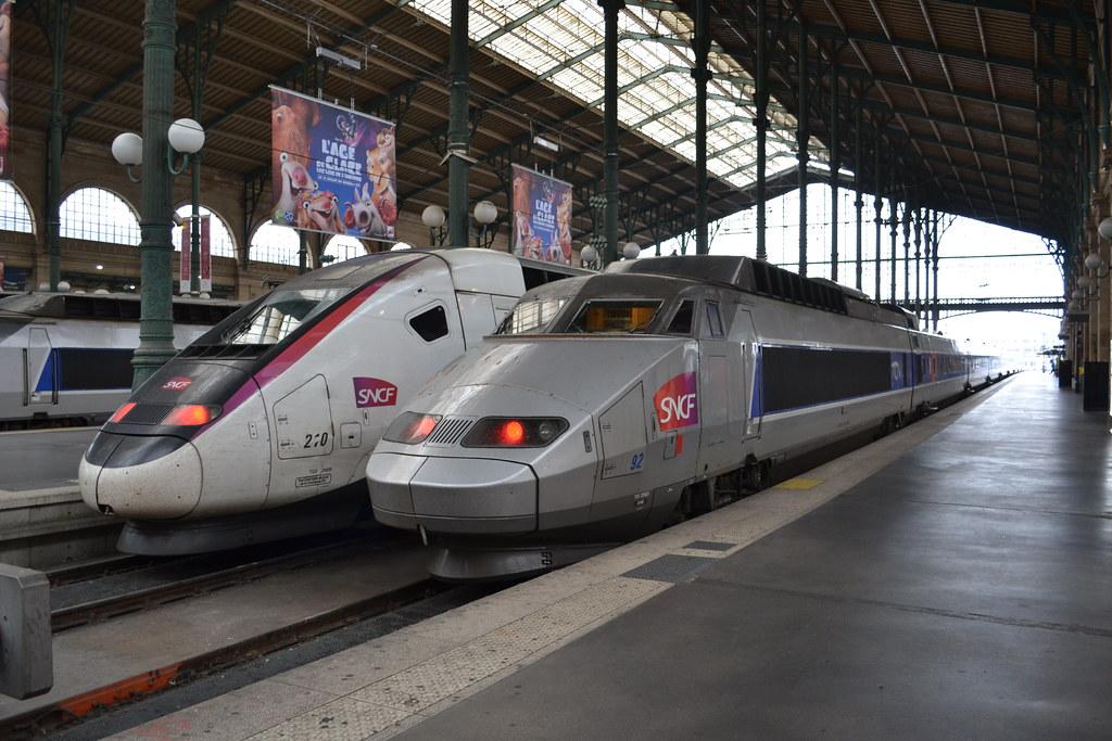 Trem na estação Gare du Nord em Paris