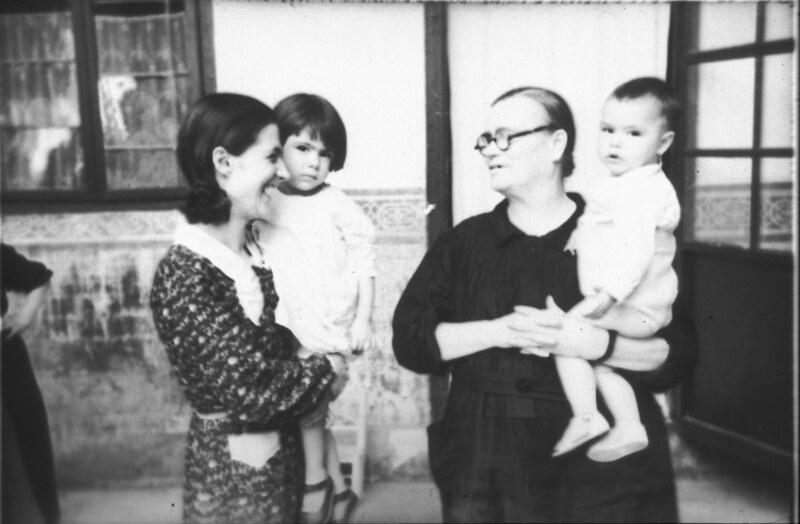 Mujeres y niños de Toledo durante la guerra civil, asedio del Alcázar, verano de 1936. Fotografía de Santos Yubero © Archivo Regional de la Comunidad de Madrid, fondo fotográfico