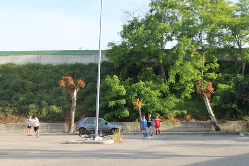 vestiti abbandonati auto polignano auto abbandonata via kennedy