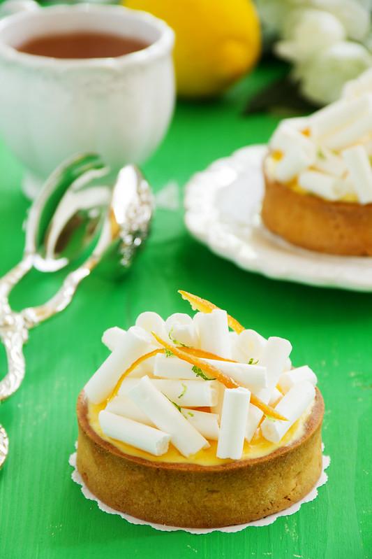 Tartlets with lemon cream and meringue. Lemon pie.