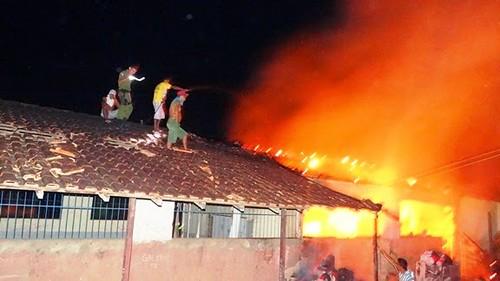 Escola em chamas em Faro